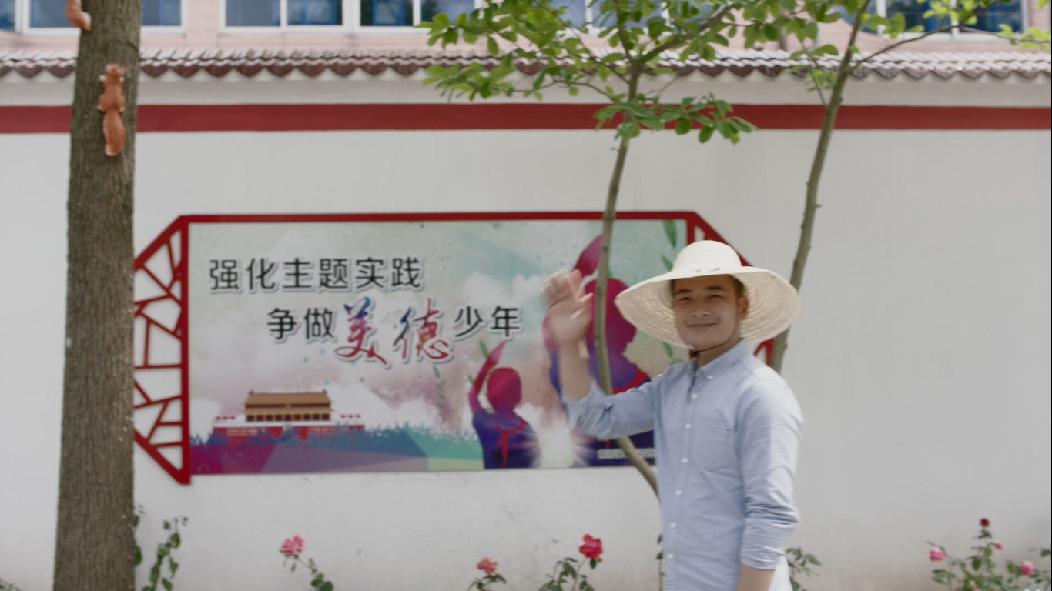 """湖南小伙在上海奉贤当村支书,踩着""""风火轮""""走家串户,把村民吓一跳"""