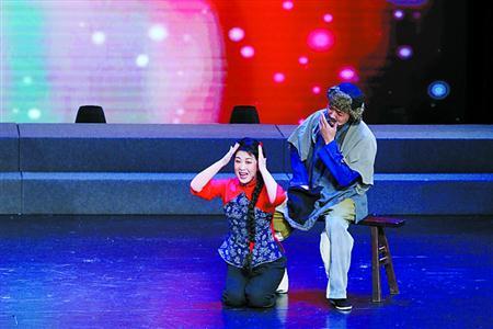 """85岁""""江姐""""带学员唱响《红梅赞》"""