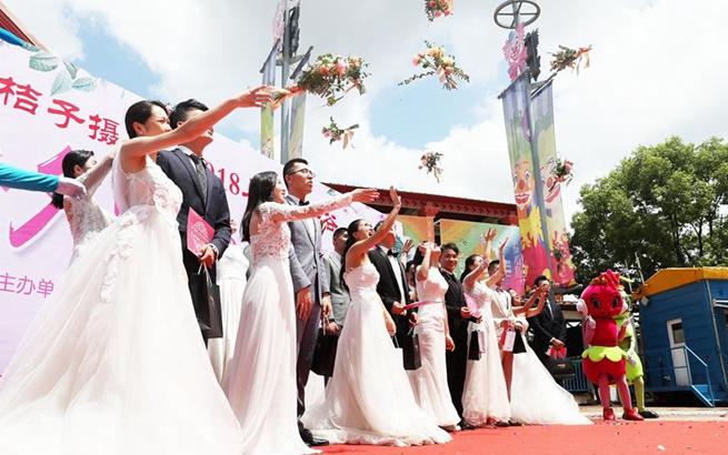 上海欢乐谷里的集体婚礼