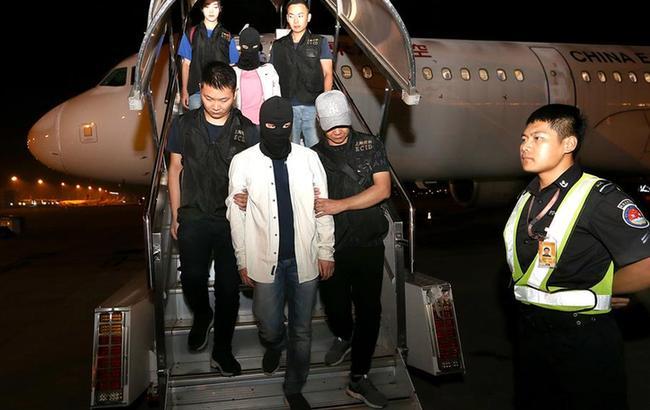 上海警方将犯罪嫌疑人押解回国