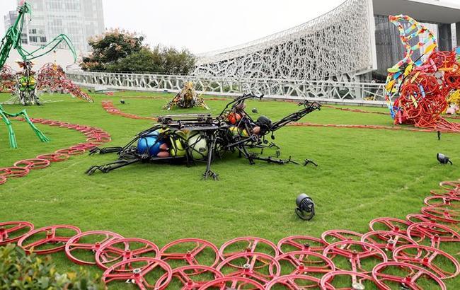 """废旧共享单车""""变身""""雕塑艺术品亮相上海"""
