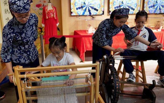 """上海:小小""""非遗传习人"""" 展传统文化风采"""