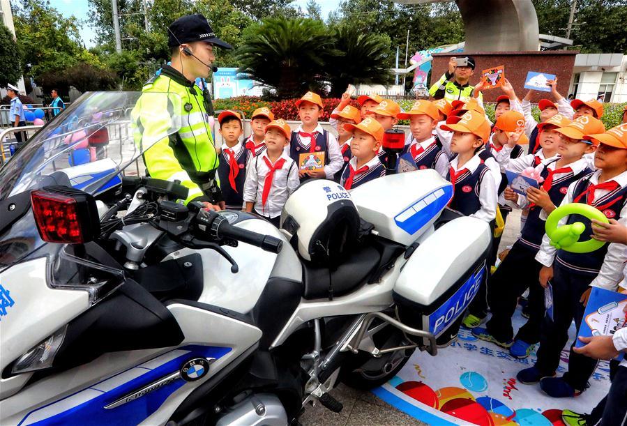 上海舉行小學生交通安全宣傳日活動