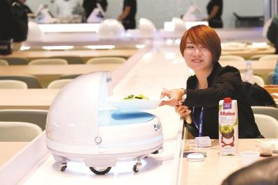 """2.0版机器人餐厅开进""""四叶草"""""""