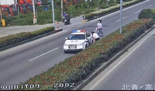 青浦分局:青浦警方拉响护考警笛