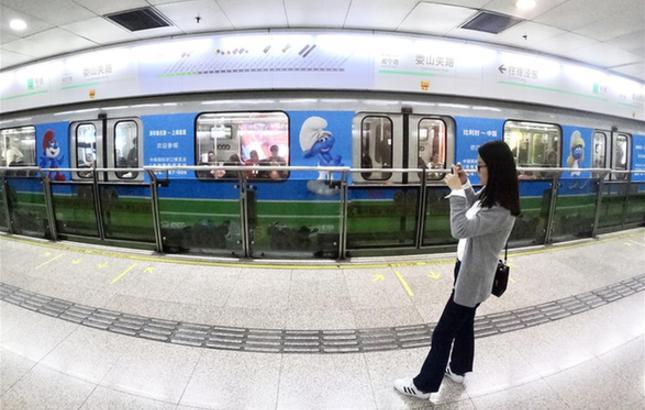 """蓝精灵""""助阵""""进博会 中比主题地铁列车首发"""