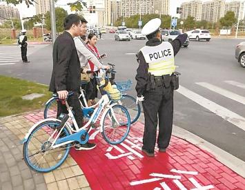 """松江24个路口增设""""行人等待区""""和""""礼让行人"""""""