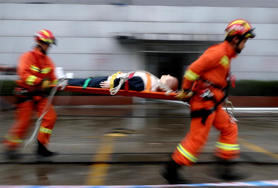 上海消防举行大型商业综合体应急救援演练