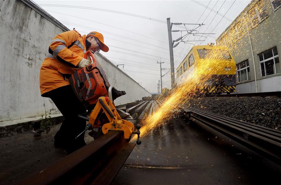 上海举行高铁维修技能演练