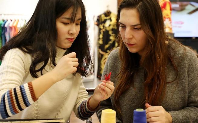 上海:传统技法有魅力 西班牙姑娘来学艺
