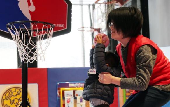 """""""星星的孩子"""":玩篮球 更快乐"""