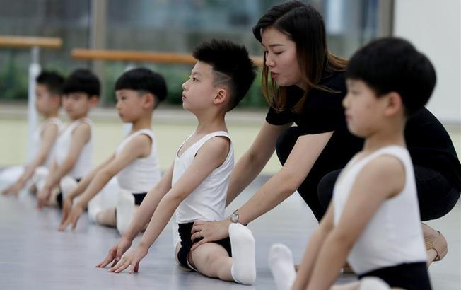 学芭蕾的小男孩们