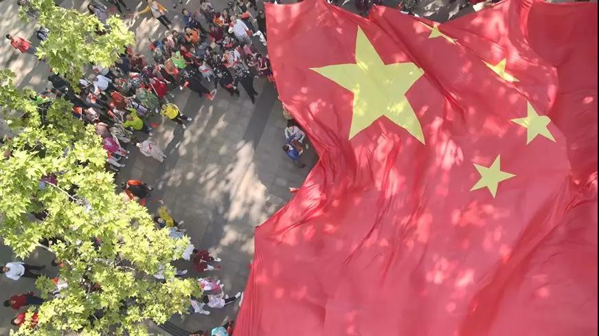 巨型國旗亮相中山公園!這場快閃齊聚黃豆豆、鄭雲龍、王儀涵……還有萌萌噠機器人