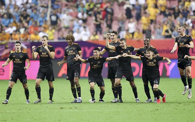 足球——英超亚洲杯:狼队胜曼城