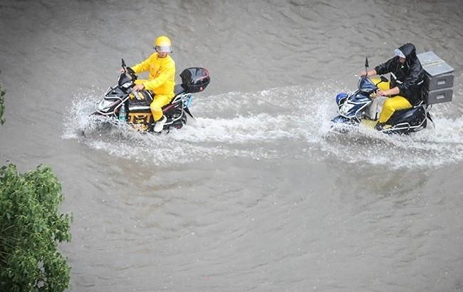 暴雨中的工作者
