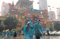 不惧豪雨突降 上海书展昨发出应急雨披8000余件