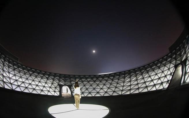 形似天文仪器的上海天文馆首次亮灯庆中秋