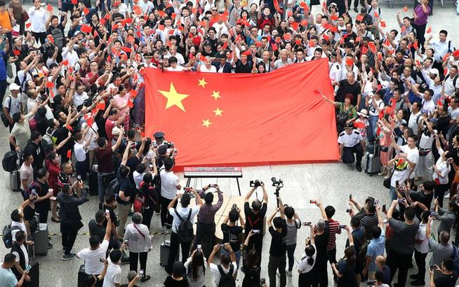 """上海:车站""""快闪"""" 歌唱祖国"""