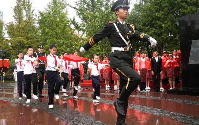 参加升旗仪式 祝福伟大祖国