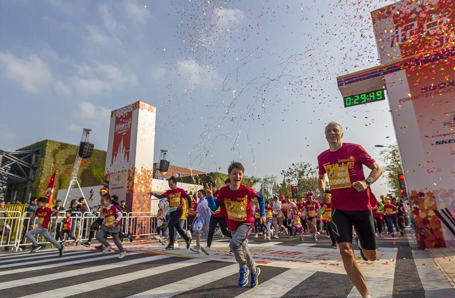 """近万名跑者在上海迪士尼参加秋季""""奇跑""""赛事"""