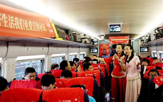 上海:春运专列幸福发车 快递小哥回家过年