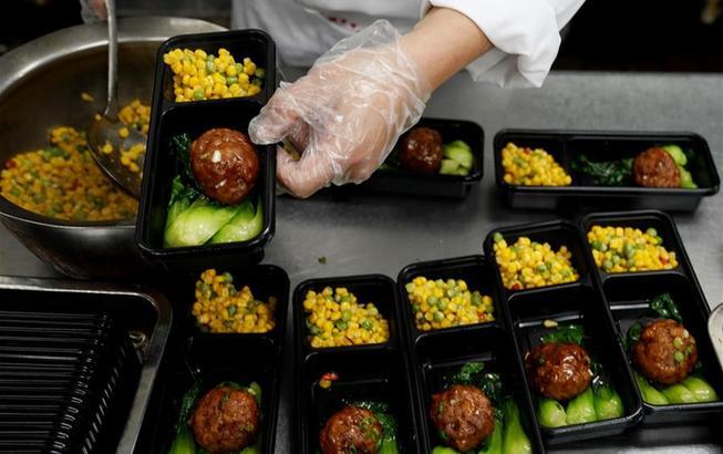 """上海:老字号餐馆改做盒饭 助力复工人员""""安心午餐"""""""