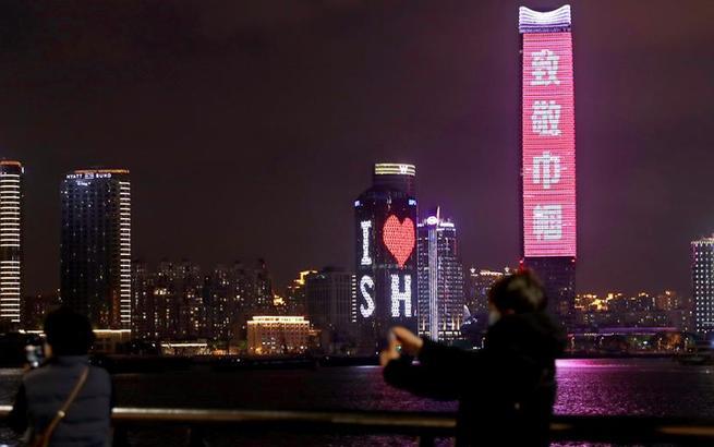 """上海:外滩点亮粉红灯光 致敬了不起的""""她"""""""