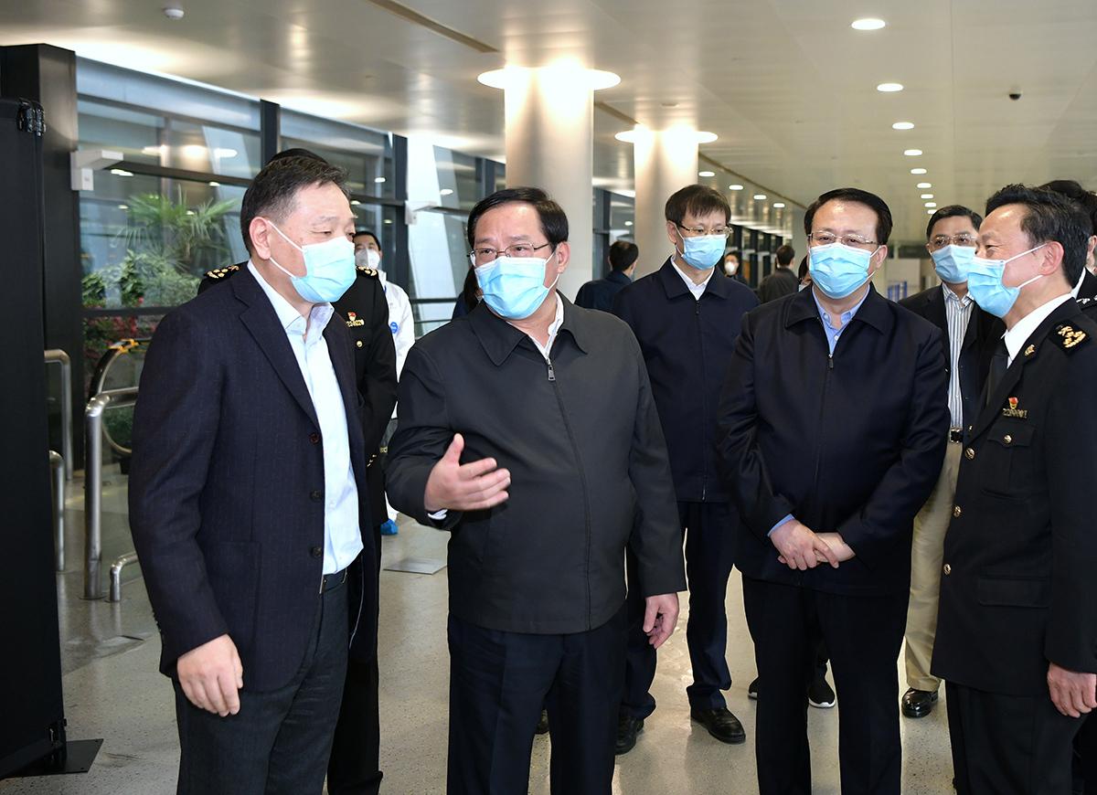 李强、龚正赴浦东机场和集中隔离点检查