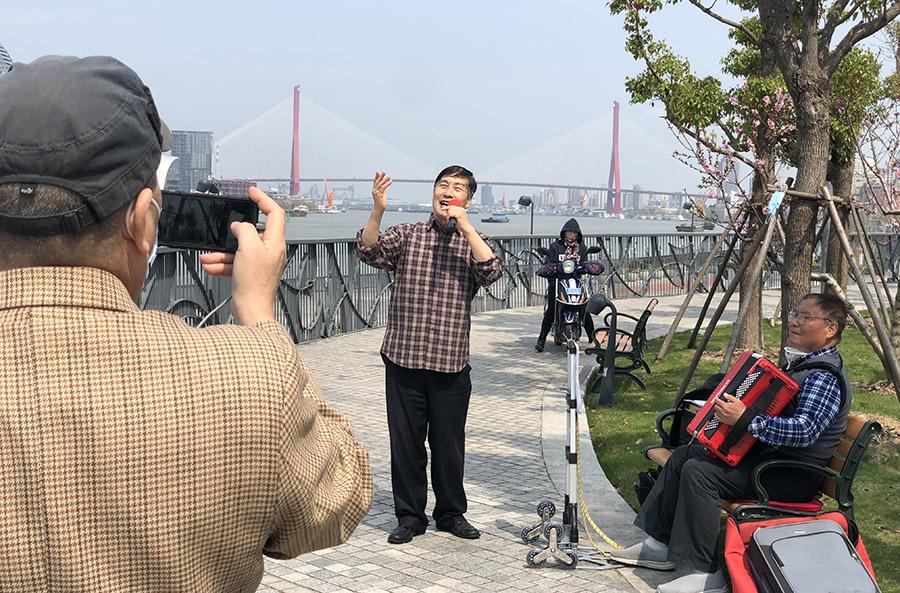 上海:滨江步道花锦簇 市民休闲踏春来