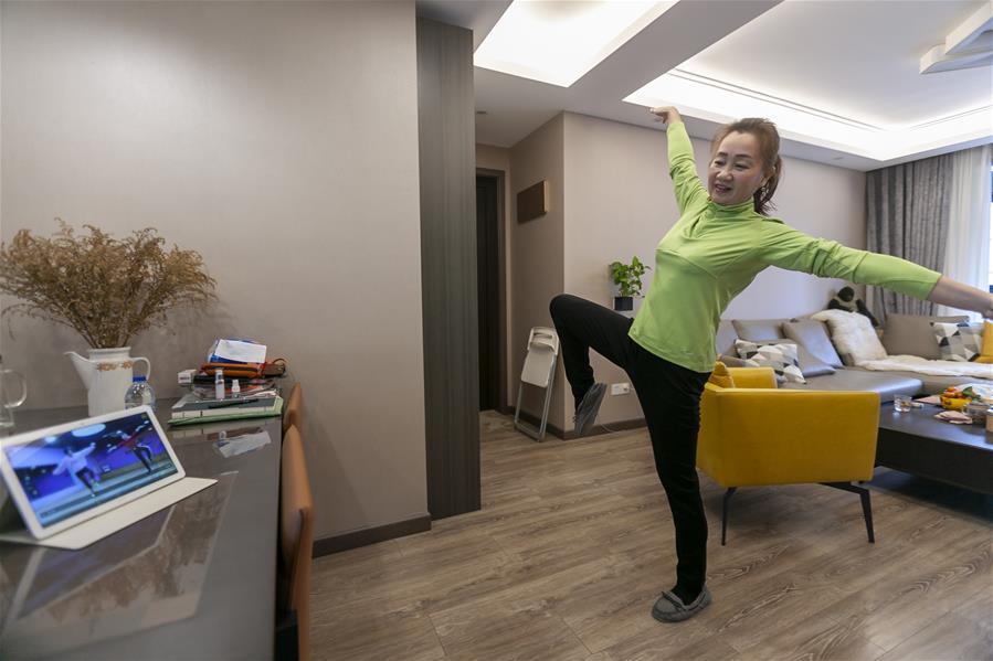 """上海:市民舞蹈隊成員的""""宅""""生活"""