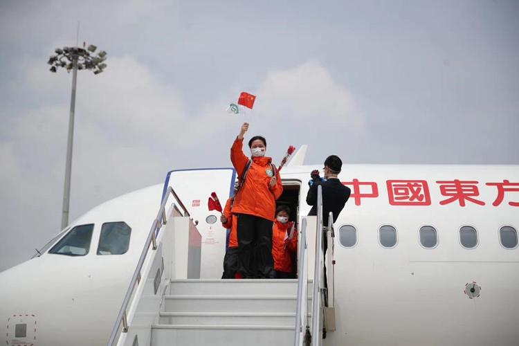 """病区贴上""""封条"""",上海最后一支援鄂医疗队回家了"""