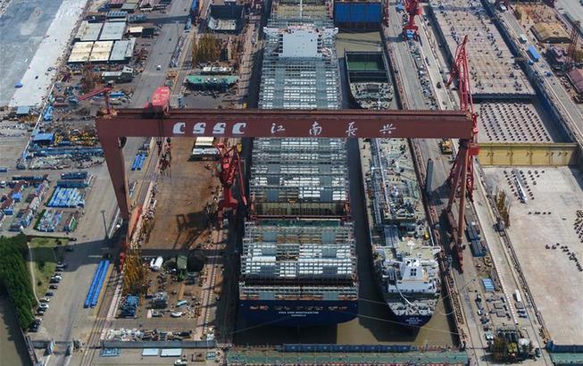 """江南造船""""双线并造""""保节点 两艘大船同时出坞"""