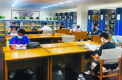"""爱学习的人们来了!上图多个阅览室""""满员"""""""