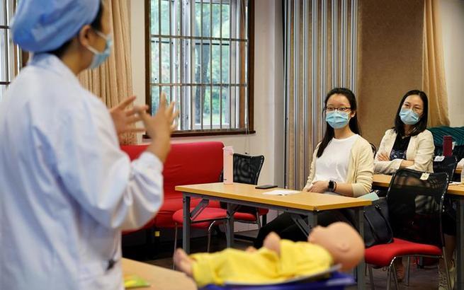 """上海""""准妈妈""""重回课堂 """"孕妇学校""""线下复课"""