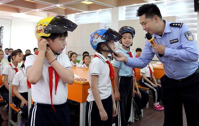 带好头盔 平安上学