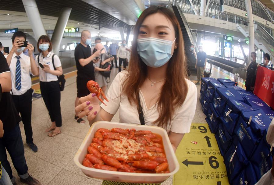 """湖北小龙虾""""坐""""着高铁去上海"""