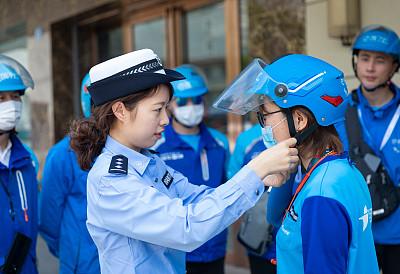 上海公安:戴头盔可降低骑乘事故死亡风险6至7成