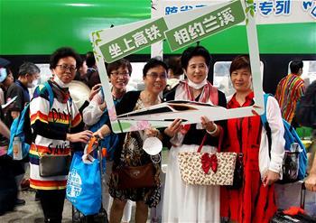 上海:跨省旅游专列发车