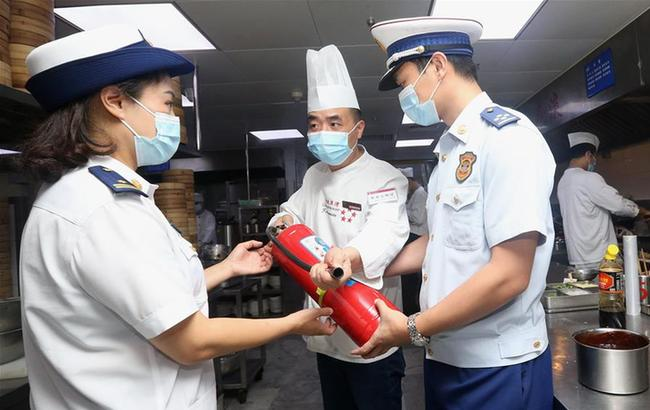 上海:消防检查 迎接长假
