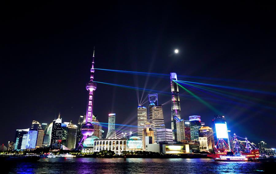 上海:灯光璀璨迎佳节
