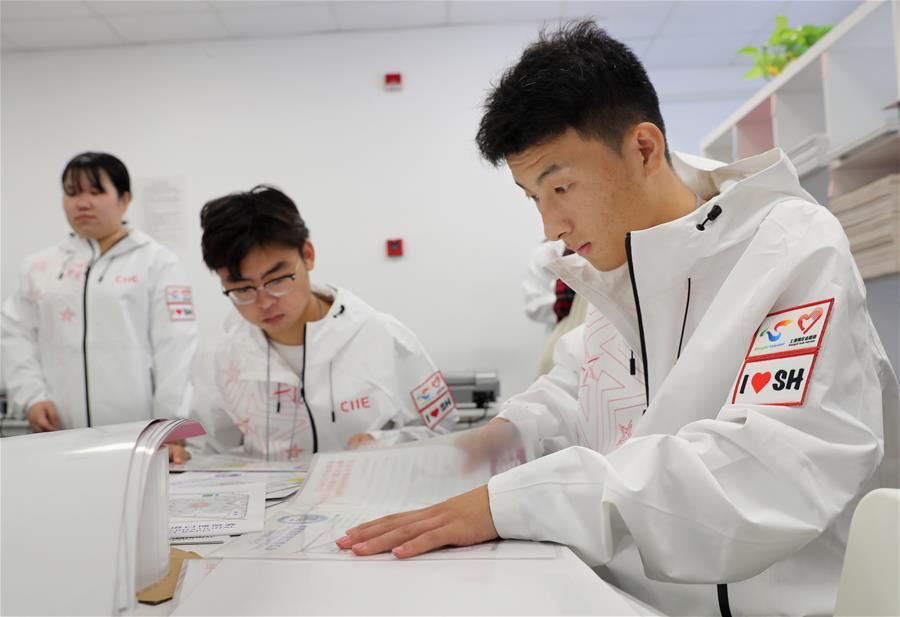 第三届进博会志愿者开展会前服务 加紧证件制作