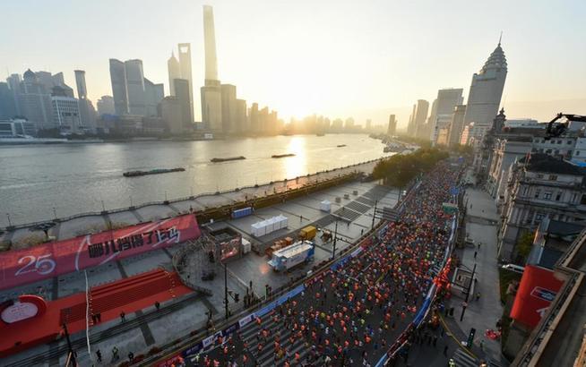 马拉松——2020上海国际马拉松赛鸣枪开跑
