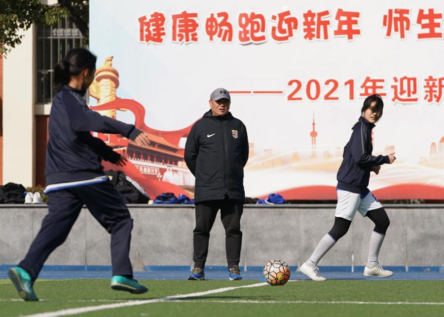 """上海:校园绿茵场孕育""""铿锵玫瑰"""""""