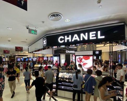 奢侈品专柜排长龙,都是谁在抢购香奈儿、LV?