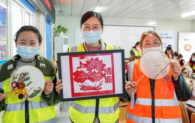 上海:城市建设女工欢度节日