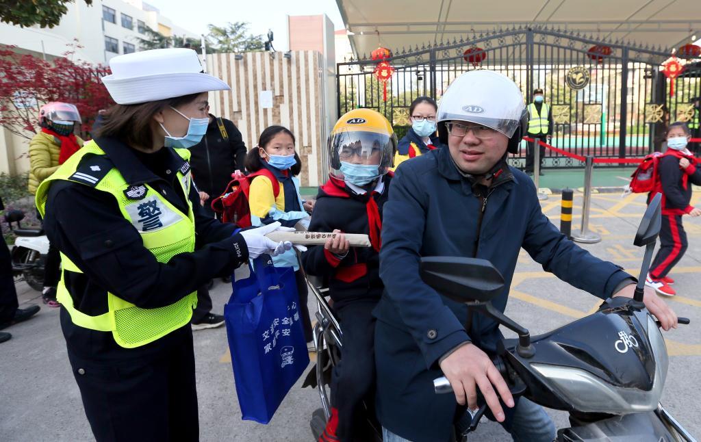 上海开展佩戴安全头盔校园宣传