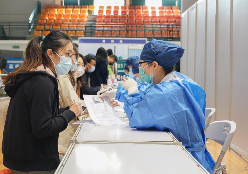 上海:高校师生有序进行新冠疫苗接种