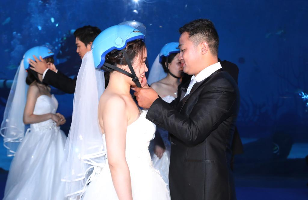 上海:外賣小哥的海洋公園集體婚禮