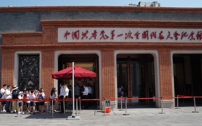 上海:中共一大纪念馆迎开馆后首个周末参观热潮